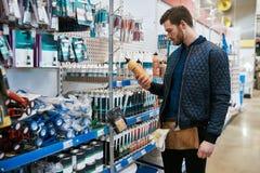 Νέος handyman ή ιδιοκτήτης σπιτιού DIY σε ένα κατάστημα Στοκ φωτογραφία με δικαίωμα ελεύθερης χρήσης
