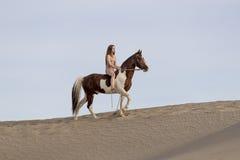 Νέος Nude θηλυκός αναβάτης και το άλογό της Στοκ Εικόνα