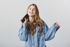Νέος rockstar αρχίζει λάμπει Εσωτερικός πυροβολισμός του θετικού που γοητεύει την ευρωπαϊκή γυναίκα σπουδαστή με τα ξανθά μαλλιά  Στοκ Εικόνα