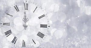 Νέου έτους στα μεσάνυχτα - παλαιά φω'τα ρολογιών και διακοπών ελεύθερη απεικόνιση δικαιώματος
