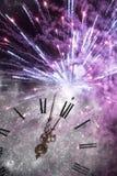 Νέου έτους στα μεσάνυχτα - παλαιά φω'τα ρολογιών και διακοπών Στοκ Εικόνες