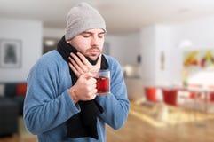 Νέο άρρωστο καυτό τσάι ποτών ατόμων Στοκ Εικόνες