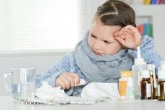 Νέο άρρωστο κορίτσι με τα φάρμακα Στοκ Φωτογραφίες