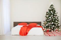 Νέο άσπρο δωμάτιο Χριστουγέννων έτους με το κόκκινο χριστουγεννιάτικο δέντρο διακοσμήσεων Στοκ εικόνα με δικαίωμα ελεύθερης χρήσης