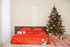 Νέο άσπρο δωμάτιο Χριστουγέννων έτους με το κόκκινο χριστουγεννιάτικο δέντρο διακοσμήσεων Στοκ Φωτογραφία