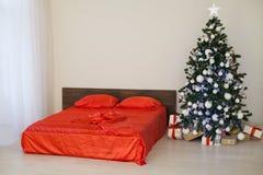 Νέο άσπρο δωμάτιο Χριστουγέννων έτους με το κόκκινο χριστουγεννιάτικο δέντρο διακοσμήσεων Στοκ φωτογραφίες με δικαίωμα ελεύθερης χρήσης