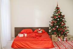 Νέο άσπρο δωμάτιο Χριστουγέννων έτους με το κόκκινο χριστουγεννιάτικο δέντρο διακοσμήσεων Στοκ φωτογραφία με δικαίωμα ελεύθερης χρήσης