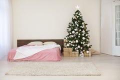 Νέο άσπρο δωμάτιο Χριστουγέννων έτους με το χριστουγεννιάτικο δέντρο Στοκ Εικόνα