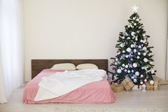 Νέο άσπρο δωμάτιο Χριστουγέννων έτους με το χριστουγεννιάτικο δέντρο Στοκ εικόνες με δικαίωμα ελεύθερης χρήσης