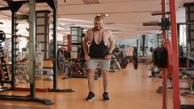Νέο άσπρο bodybuilder που κάνει την ανύψωση του barell στη ζώνη φιλμ μικρού μήκους