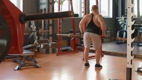 Νέο άσπρο bodybuilder που κάνει την ανύψωση του barell στη ζώνη απόθεμα βίντεο