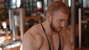 Νέο άσπρο bodybuilder που κάνει την τροχαλία διασταυρώσεων απόθεμα βίντεο
