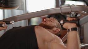Νέο άσπρο bodybuilder που κάνει το στήθος να πιέσει στον προσομοιωτή απόθεμα βίντεο