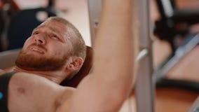 Νέο άσπρο bodybuilder που κάνει το στήθος να πιέσει στον προσομοιωτή φιλμ μικρού μήκους