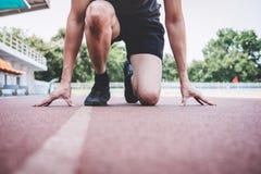 Νέο άτομο αθλητών ικανότητας που προετοιμάζεται στο τρέξιμο στην οδική διαδρομή, έννοια wellness άσκησης workout στοκ εικόνες