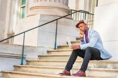 Νέο άτομο αφροαμερικάνων που εργάζεται στο φορητό προσωπικό υπολογιστή έξω μέσα Στοκ Φωτογραφίες