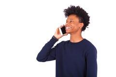 Νέο άτομο αφροαμερικάνων που κάνει ένα τηλεφώνημα στο smartphone της Στοκ Εικόνες