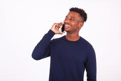 Νέο άτομο αφροαμερικάνων που κάνει ένα τηλεφώνημα στο smartphone της Στοκ Φωτογραφία