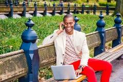Νέο άτομο αφροαμερικάνων που μιλά στο τηλέφωνο κυττάρων, που λειτουργεί στην περιτύλιξη στοκ φωτογραφία με δικαίωμα ελεύθερης χρήσης