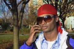 Νέο άτομο αφροαμερικάνων σε ένα τηλέφωνο κυττάρων στοκ φωτογραφία με δικαίωμα ελεύθερης χρήσης