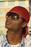 Νέο άτομο αφροαμερικάνων στα γυαλιά ηλίου στοκ εικόνες με δικαίωμα ελεύθερης χρήσης