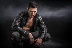 Νέο άτομο βαμπίρ σε ένα ανοικτό μαύρο σακάκι δέρματος Στοκ Εικόνα