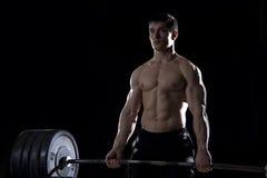 Νέο άτομο γυμνοστήθων που κάνει deadlift την άσκηση στη γυμναστική Στοκ Εικόνες