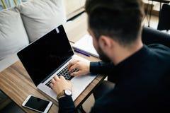Νέο άτομο επιχειρησιακών προσώπων που εργάζεται με το lap-top στον εργασιακό χώρο Στοκ φωτογραφία με δικαίωμα ελεύθερης χρήσης