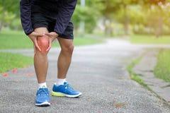 Νέο άτομο ικανότητας που κρατά τον τραυματισμό αθλητικών ποδιών του, μυς επίπονος στοκ εικόνα