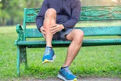 Νέο άτομο ικανότητας που κρατά τον τραυματισμό αθλητικών ποδιών του μυς επίπονος κατά τη διάρκεια της κατάρτισης Ασιατικός δρομέα στοκ φωτογραφίες με δικαίωμα ελεύθερης χρήσης
