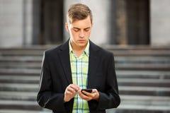 Νέο άτομο μόδας με ένα κινητό τηλέφωνο υπαίθριο Στοκ εικόνες με δικαίωμα ελεύθερης χρήσης