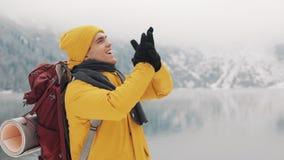 Νέο άτομο οδοιπόρων που στέκεται πάνω από το βουνό Ταξιδιωτικό άτομο που αυξάνει τα χέρια Επιτυχής και έννοια νικητών ανθίστε το  απόθεμα βίντεο