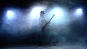 Νέο άτομο λουρίδων που παίζει τη βαθιά κιθάρα κίνηση αργή απόθεμα βίντεο
