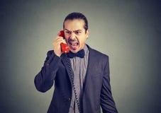 Νέο άτομο που φωνάζει στο τηλέφωνο Στοκ εικόνα με δικαίωμα ελεύθερης χρήσης
