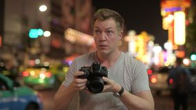 Νέο άτομο τουριστών που φωτογραφίζει με τη κάμερα στις οδούς Chinatown τη νύχτα απόθεμα βίντεο