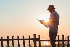 Νέο άτομο hipster που εξερευνά το χάρτη Στοκ φωτογραφία με δικαίωμα ελεύθερης χρήσης