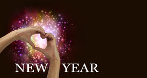 Νέο έμβλημα χεριών καρδιών αγάπης εορτασμού έτους Στοκ εικόνα με δικαίωμα ελεύθερης χρήσης