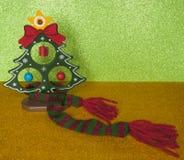 Νέο δέντρο έτους και μάλλινο шарфик Στοκ εικόνα με δικαίωμα ελεύθερης χρήσης
