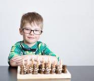 Νέο έξυπνο σκάκι παιχνιδιού αγοριών Στοκ Εικόνες