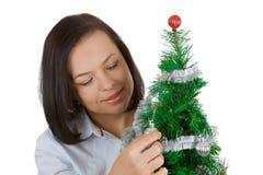 νέο έτος έννοιας Όμορφη γυναίκα με το διακοσμημένο χριστουγεννιάτικο δέντρο Στοκ φωτογραφίες με δικαίωμα ελεύθερης χρήσης