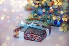 νέο έτος ανασκόπησης μπλε γυαλί σύνθεσης Χριστουγέννων μπιχλιμπιδιών Δώρο Χριστουγέννων κάτω από το χριστουγεννιάτικο δέντρο σε έ Στοκ φωτογραφία με δικαίωμα ελεύθερης χρήσης