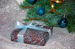 νέο έτος ανασκόπησης μπλε γυαλί σύνθεσης Χριστουγέννων μπιχλιμπιδιών Δώρο Χριστουγέννων κάτω από το χριστουγεννιάτικο δέντρο σε έ Στοκ εικόνες με δικαίωμα ελεύθερης χρήσης