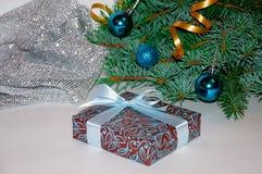 νέο έτος ανασκόπησης μπλε γυαλί σύνθεσης Χριστουγέννων μπιχλιμπιδιών Δώρο Χριστουγέννων κάτω από το χριστουγεννιάτικο δέντρο σε έ Στοκ Φωτογραφίες
