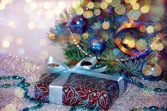 νέο έτος ανασκόπησης μπλε γυαλί σύνθεσης Χριστουγέννων μπιχλιμπιδιών Δώρο Χριστουγέννων κάτω από το χριστουγεννιάτικο δέντρο σε έ Στοκ Φωτογραφία