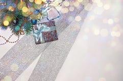 νέο έτος ανασκόπησης μπλε γυαλί σύνθεσης Χριστουγέννων μπιχλιμπιδιών Δώρο Χριστουγέννων κάτω από το χριστουγεννιάτικο δέντρο σε έ Στοκ Εικόνες
