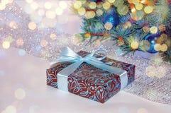 νέο έτος ανασκόπησης μπλε γυαλί σύνθεσης Χριστουγέννων μπιχλιμπιδιών Δώρο Χριστουγέννων κάτω από το χριστουγεννιάτικο δέντρο σε έ Στοκ Εικόνα