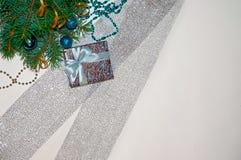 νέο έτος ανασκόπησης μπλε γυαλί σύνθεσης Χριστουγέννων μπιχλιμπιδιών Δώρο Χριστουγέννων κάτω από το χριστουγεννιάτικο δέντρο σε έ Στοκ φωτογραφίες με δικαίωμα ελεύθερης χρήσης