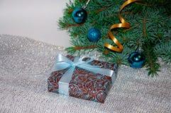 νέο έτος ανασκόπησης μπλε γυαλί σύνθεσης Χριστουγέννων μπιχλιμπιδιών Δώρο Χριστουγέννων κάτω από το χριστουγεννιάτικο δέντρο σε έ Στοκ εικόνα με δικαίωμα ελεύθερης χρήσης