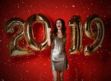 νέο έτος Γυναίκα με τα μπαλόνια που γιορτάζει στο κόμμα στοκ εικόνες