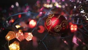 νέο έτος διακοσμήσεων Χριστουγέννων Κρεμώντας μπιχλιμπίδι κοντά επάνω Θολωμένο περίληψη υπόβαθρο διακοπών Bokeh Μια κόκκινη σφαίρ απόθεμα βίντεο